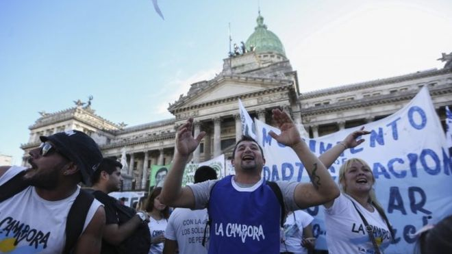 Argentina lawmakers back debt settlement deal