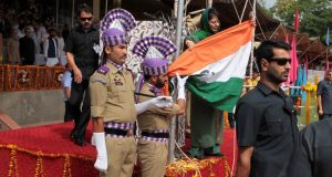 Jammu and Kashmir: National flag falls off post as Chief Minister Mehbooba Mufti unfurls it